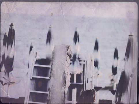 Vista di ombrelloni e spiaggia in uno stile nostalgico, su pellicola vecchia scolorita