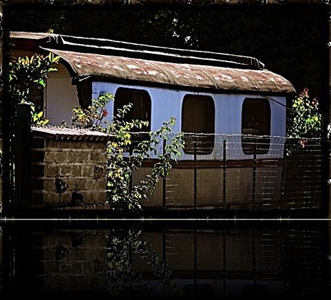 vecchio carrozzone parcheggiato