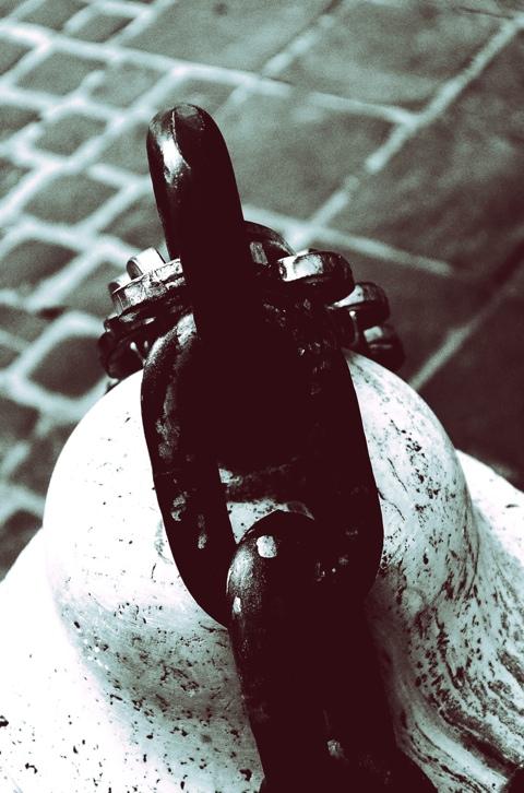 catena near attaccata ad un pilone, come una cozza sullo scoglio