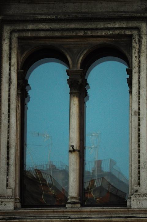 visione distorta attraverso una finestra