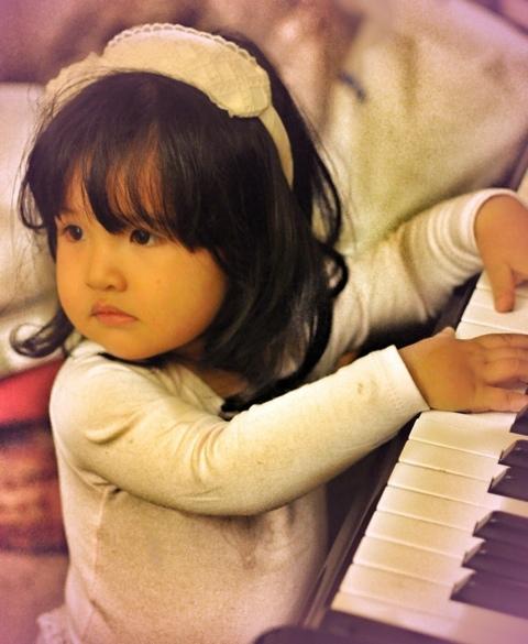 bimba deliziosa che suona il pianoforte