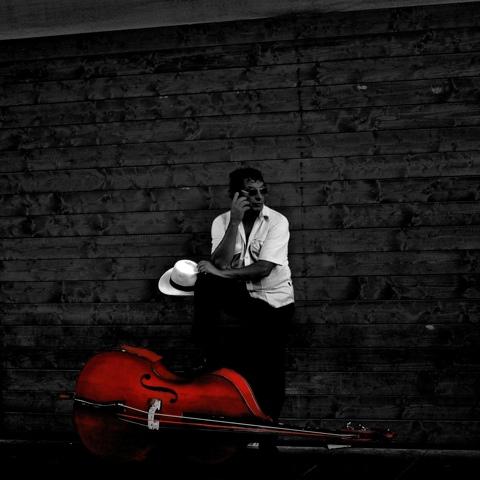 un musicista in bianco e nero